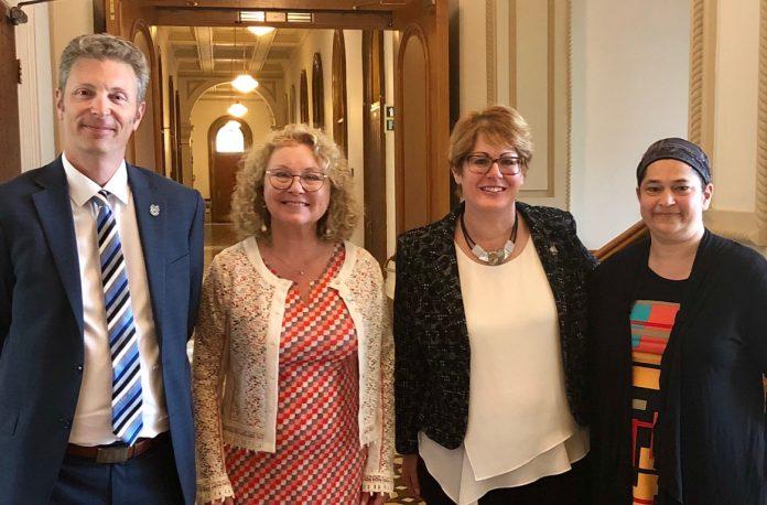 De gauche à droite sur la photo : Stéphane Lacroix (Teamsters Canada), Marguerite Blais (ministre des Aînés et Proches aidants), Monique Sauvé (porte-parole en matière d'Aînés et de Proches aidants pour le PLQ) et Chantal Cardinal (Section locale 106).